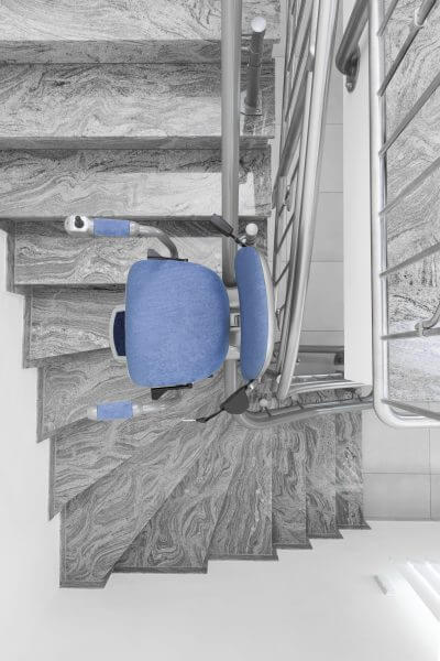 Treppenlift für kurvige Treppen, blaues Polster, von oben
