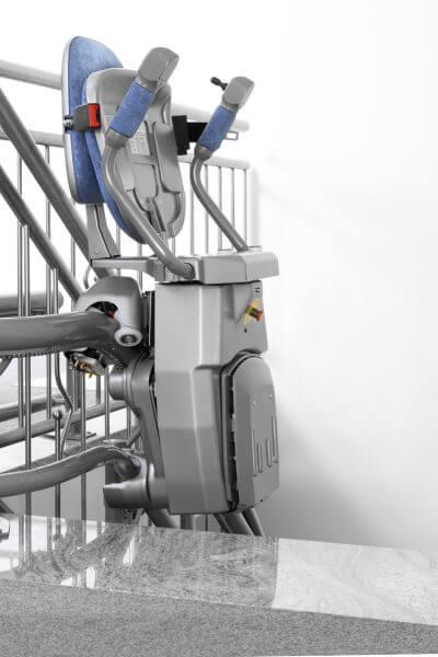 Treppenlift für kurvige Treppen, Aufwärtsfahrt geklappt