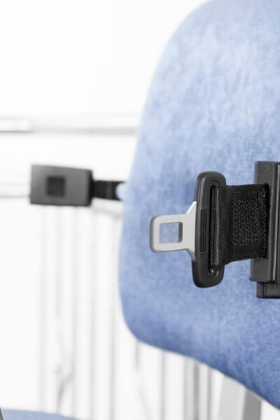 Treppenlift für kurvige Treppen, Rückenlehne blau