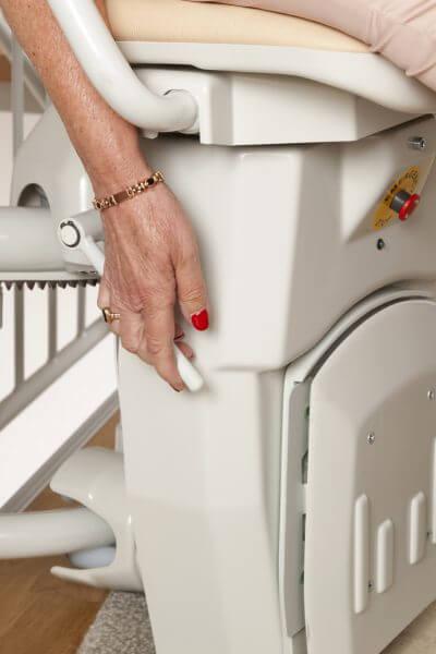 Treppenlift für kurvige Treppen, Fußbank geklappt