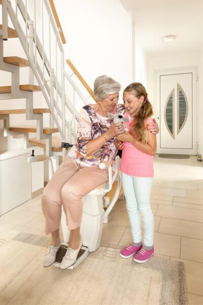 Treppenlift für kurvige Treppen, Personen fröhlich
