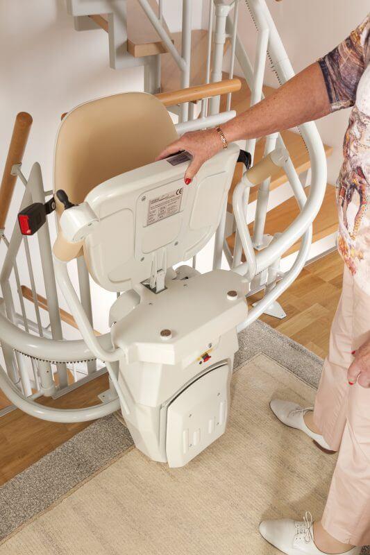 Treppenlift für kurvige Treppen, Sitz hochgeklappt