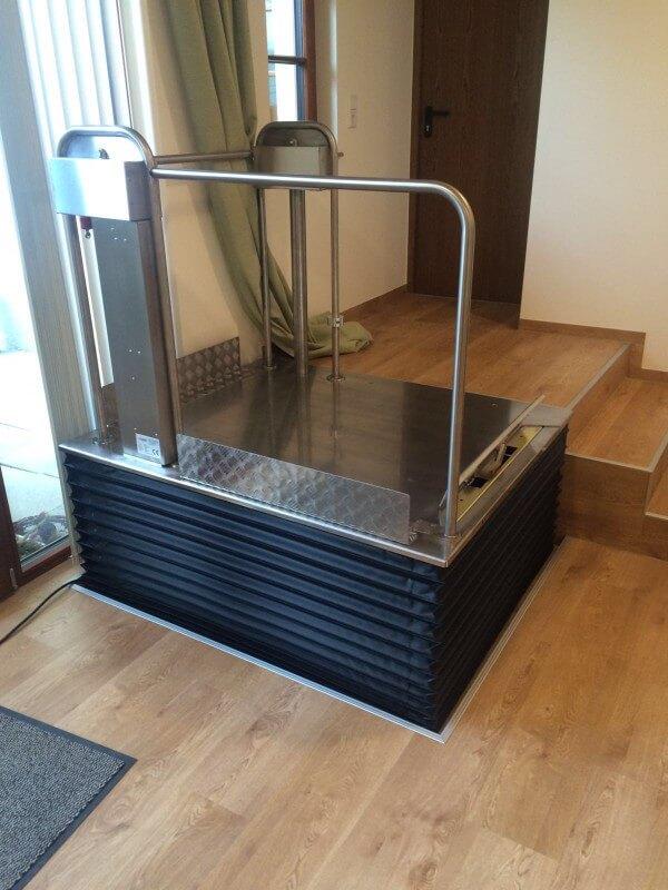 sichere hilfe f r drinnen und drau en rollstuhl hebeb hne. Black Bedroom Furniture Sets. Home Design Ideas