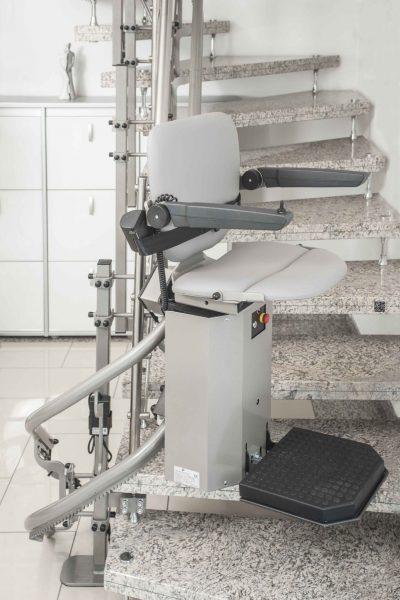 Treppenlift SANIMED 80 für besondere Treppenhaeuser