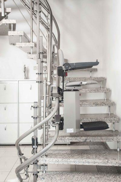 Treppenlift SANIMED 80 mit Befestigung an den Stufenbolzen im Treppenhaus