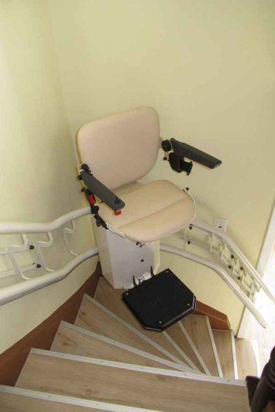 Treppenlift SANIMED 80 in Aufwaehrtsfahrt an der anliegenden Wand