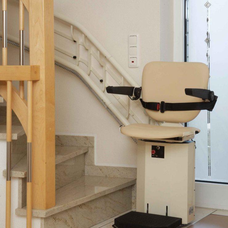 Treppenlift SANIMED 80 mit Befestigung an der anliegenden Wand