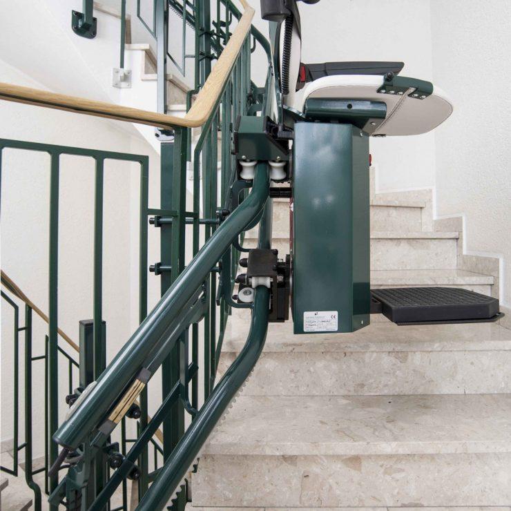 Treppenlift SANIMED 80 mit Befestigung an der Treppenharfe