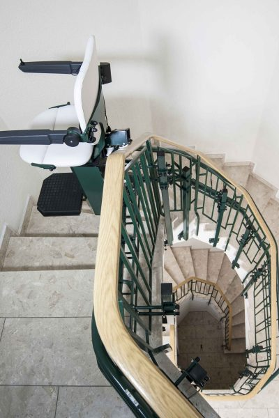 Treppenlift SANIMED 80 in der Aufwaehrtsfahrt