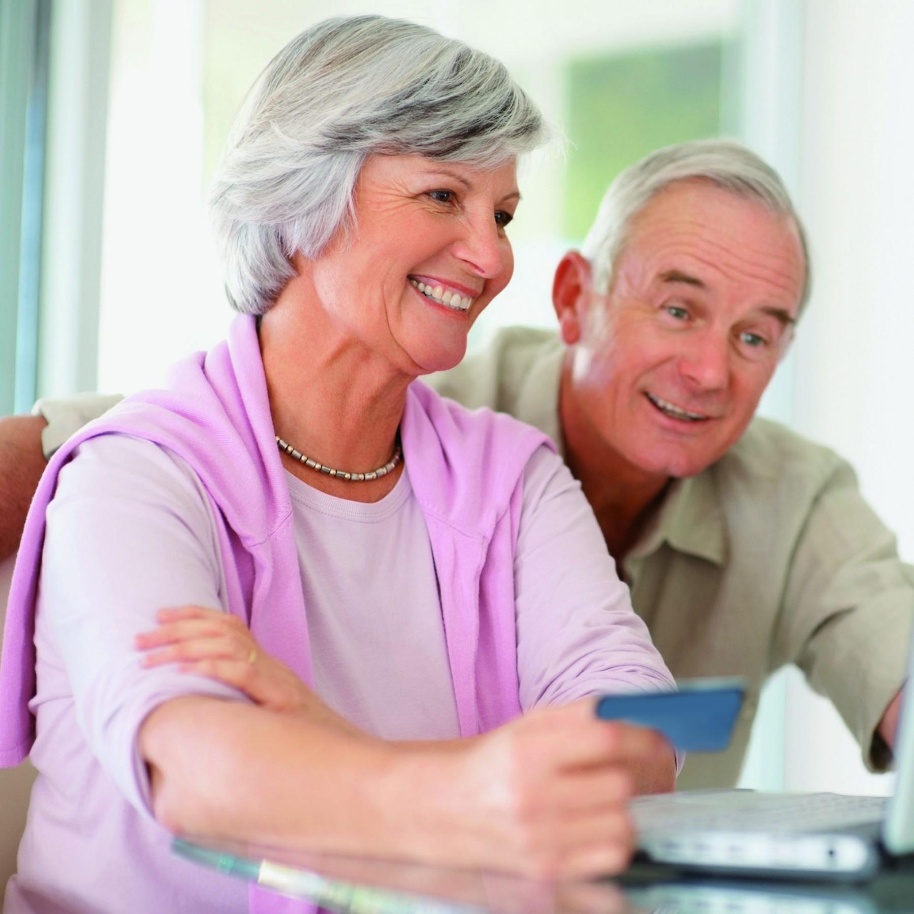 Älteres Ehepaar vor dem Laptop - Wie Sie Zuschüsse den Kauf eines Treppenliftes erhalten