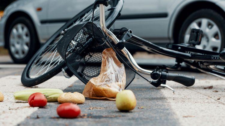 Verkehrsunfall zwischen Auto und Fahrrad auf dem Zebrastreifen