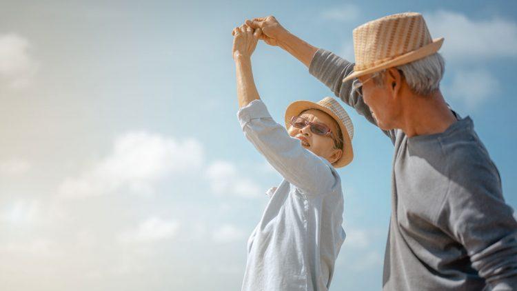 Tipps für einen gesunden Rücken - Älteres Paar beschwingt tanzend