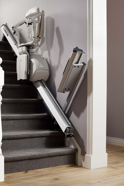 Premium Treppenlift für gerade Treppen Klappschiene fährt herunter