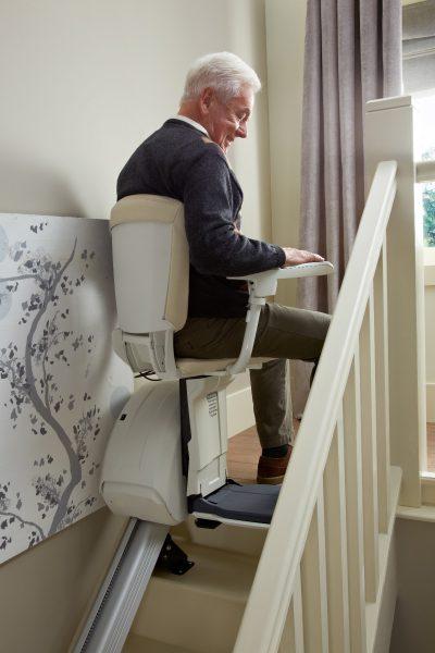 Premium Treppenlift für gerade Treppen Mann steigt aus dm Treppenlift