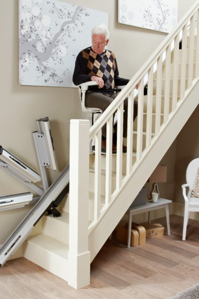 Premium Treppenlift für gerade Treppen Klappschiene klappt herunter