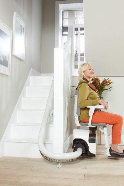 SANIMED 70 Treppenlift für kurvige Treppen in Parkposition