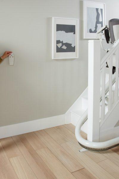 Frau ruft SANIMED 70 Treppenlift für kurvige Treppen