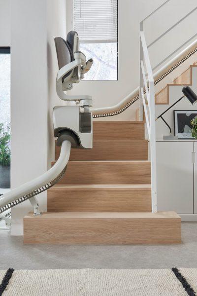 SANIMED 70 EXTRA Treppenlift für kurvige Treppen eingeklappt auf der Schiene