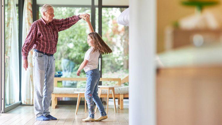 Umzugskosten minimieren - Großvater tanzt zusammen mit seiner Enkel Tochter