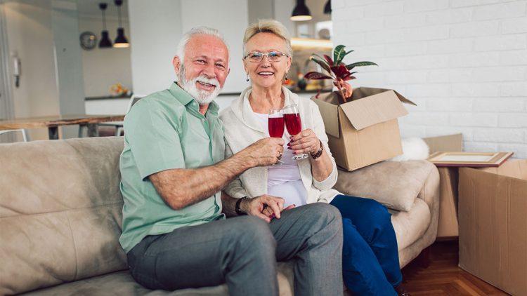 Älteres Ehepaar nach vollbrachtem Umzug in eine neue Wohnung
