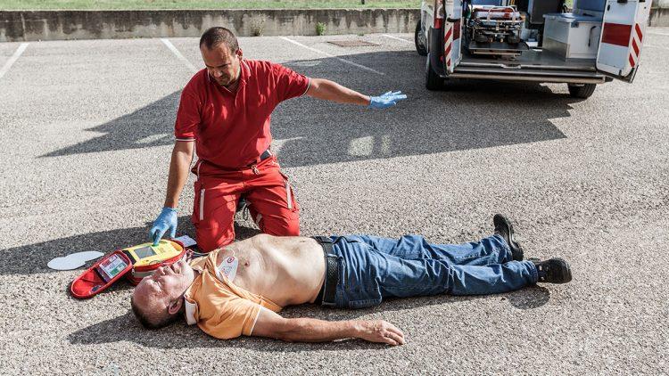Defibrillatoren retten Leben - Rettungssanitätor bei einer Übung kurz vor dem Auslösen eines Elektroschocks