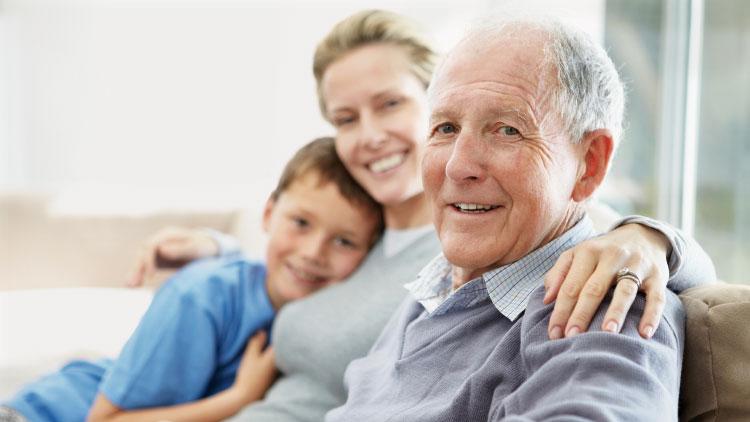 Wohnen im Alter - Senior gemeinsam mit Tochter und Enkel auf der Couch